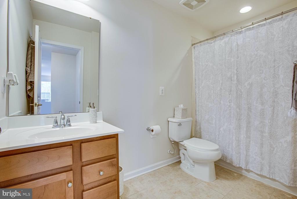 Hall Full Bathroom - 5 FIREHAWK DR, STAFFORD
