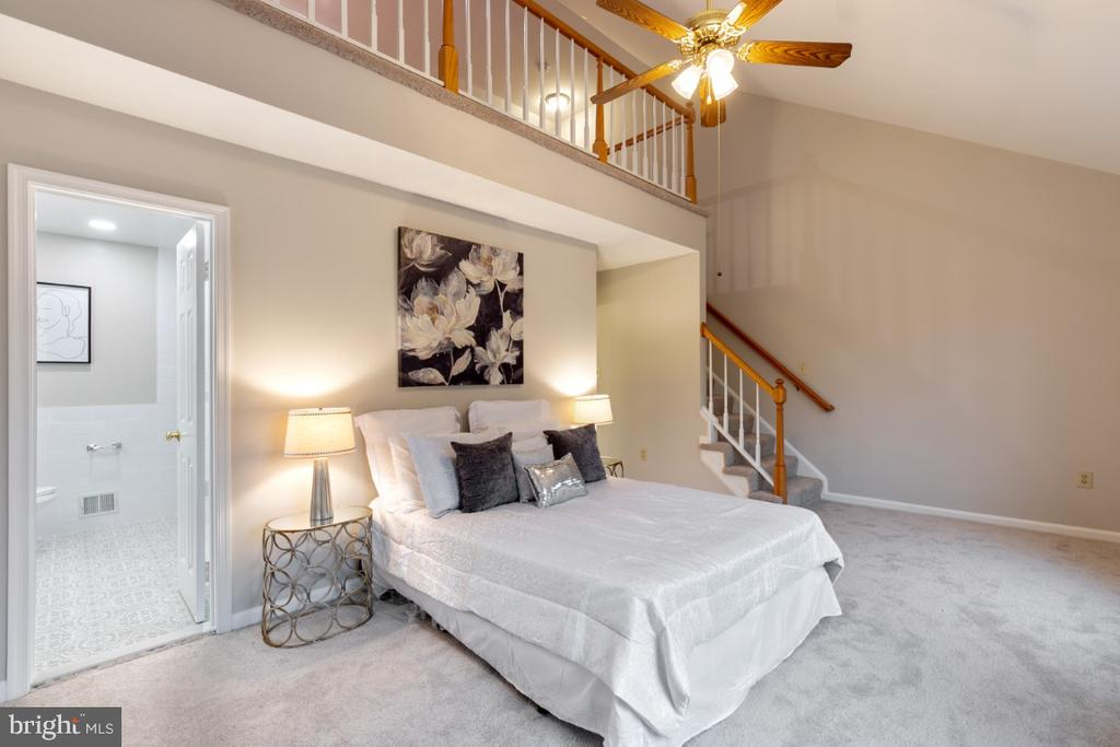 En Suite Master bedroom with large loft above - 7307 TREETOP HILL LN, SPRINGFIELD