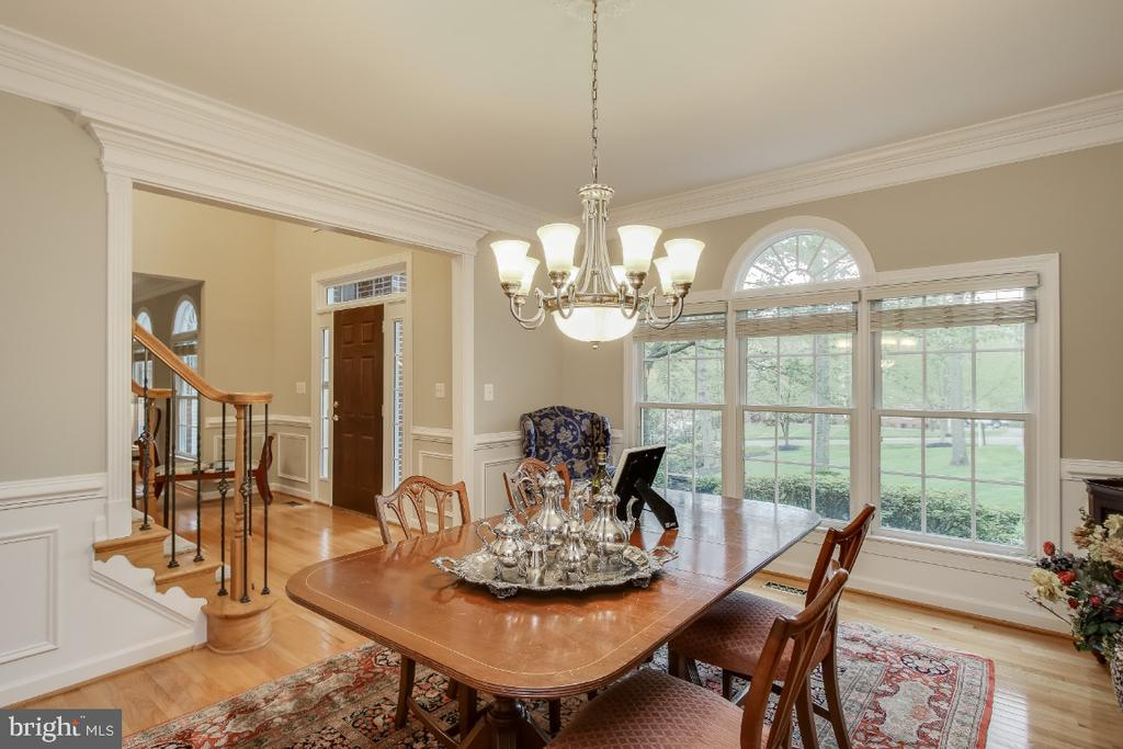 Formal dining room with decorative molding - 16917 OLD SAWMILL RD, WOODBINE