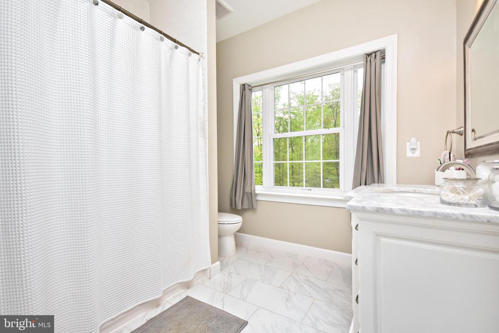 Upper Level Full Hall Bathroom - 10920 RAVENWOOD DR, MANASSAS