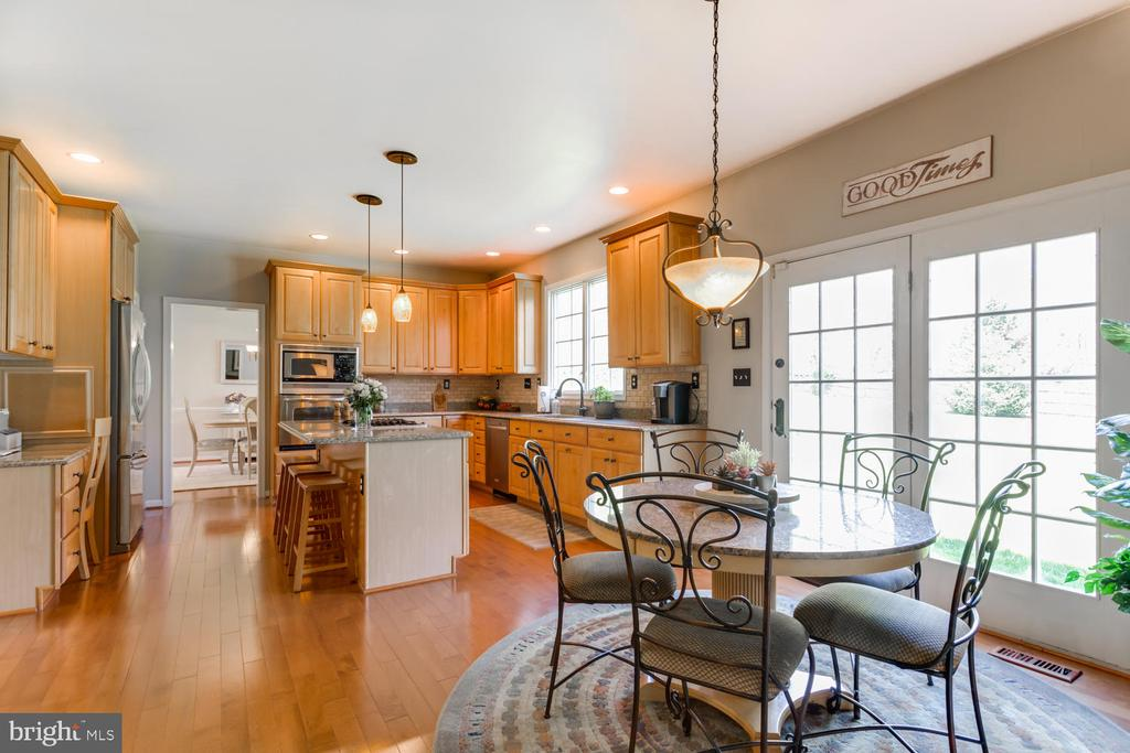 Easy flow from kitchen to breakfast area - 10892 HUNTER GATE WAY, RESTON