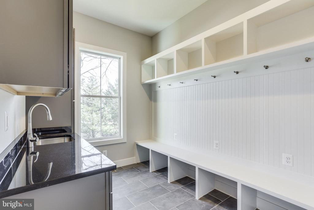 Mudroom with Sink - 412 ORLEANS CIR SW, VIENNA