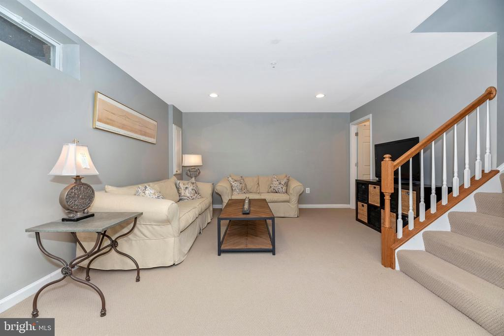 SO MUCH SPACE - 9823 NOTTING HILL DR, FREDERICK