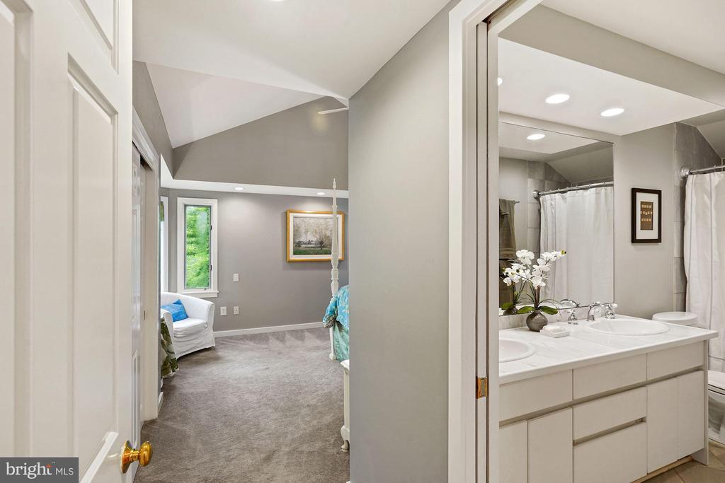 Upper Level Master Bedroom & Bath - 3030 N QUINCY ST, ARLINGTON