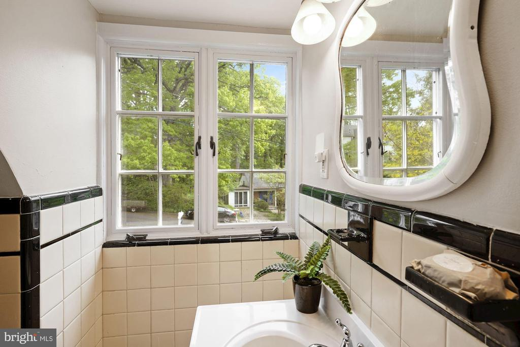 Second Full Bath with front window. - 3030 N QUINCY ST, ARLINGTON