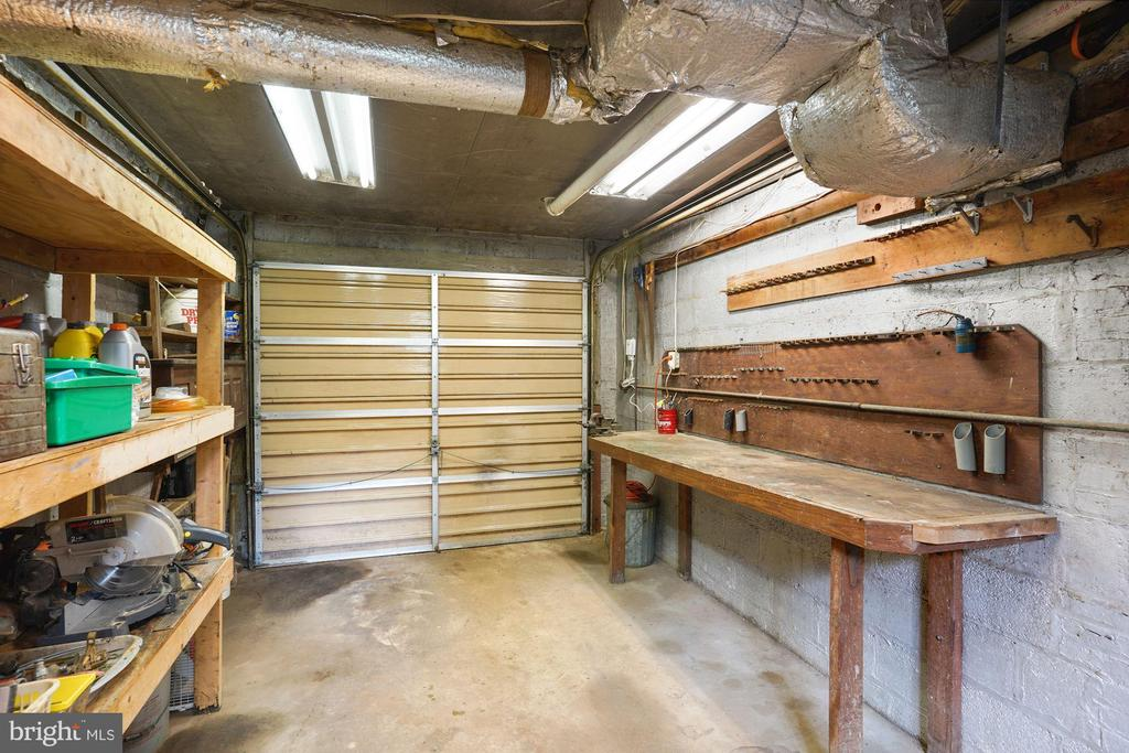 Built-in work bench & access to rear yard - 3030 N QUINCY ST, ARLINGTON