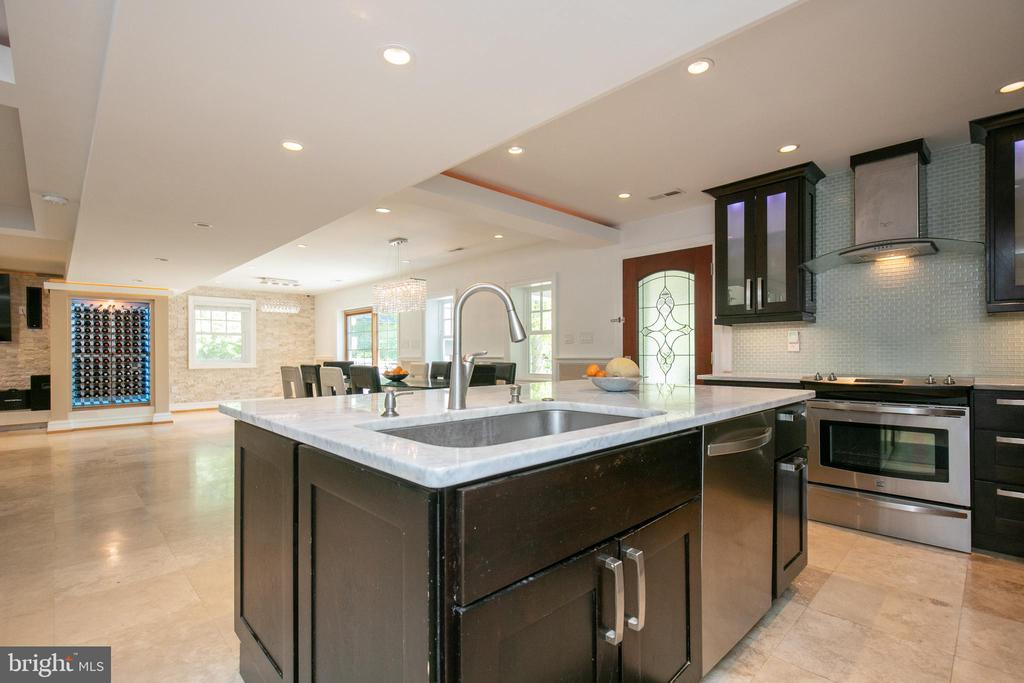 Entertaining kitchen opens concept to family space - 20284 BROAD RUN DR, STERLING