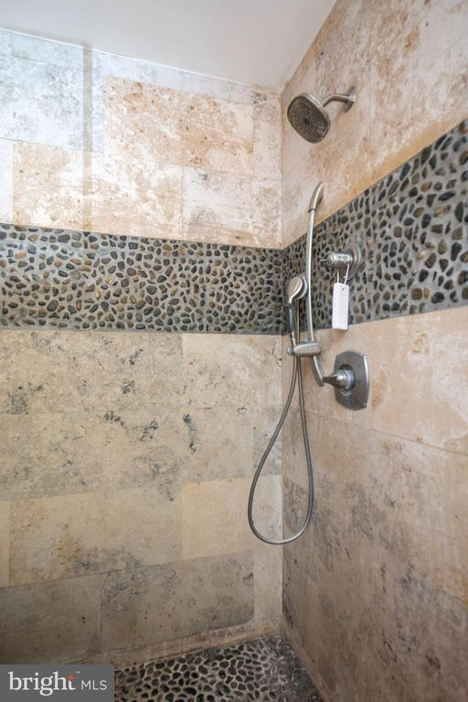 Travertine shower with rock floor and shower wall - 20284 BROAD RUN DR, STERLING