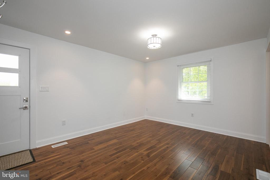 Third Bedroom with private bath - 20284 BROAD RUN DR, STERLING