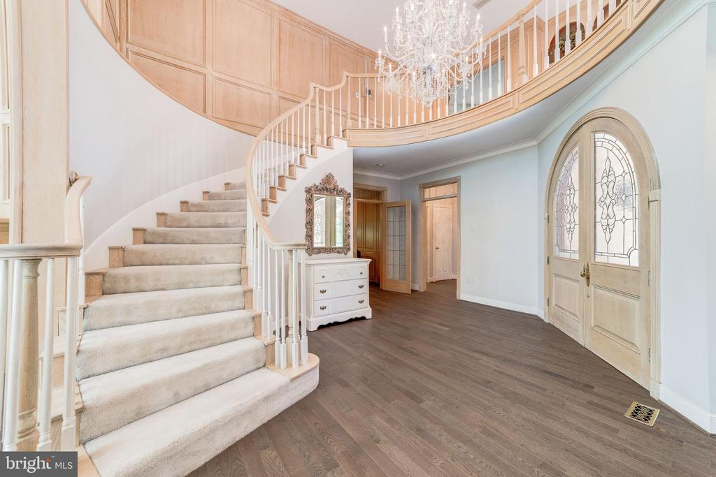 Curved Staircase - 6507 BURKE WOODS DR, BURKE