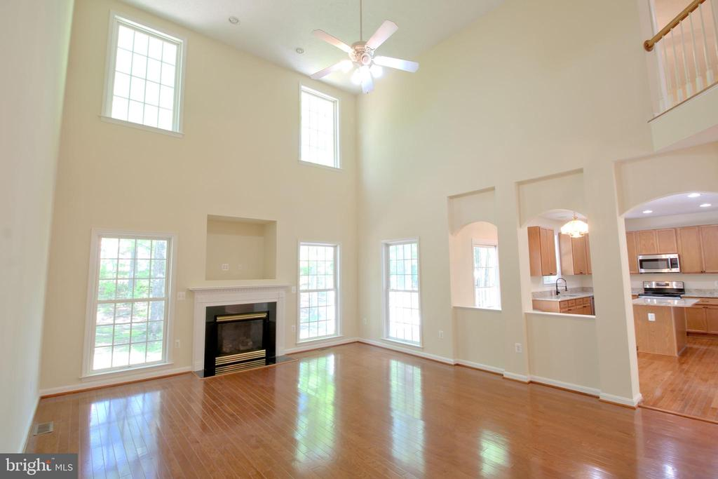 Two Story Living/Great Room - 612 LAKEVIEW PKWY, LOCUST GROVE