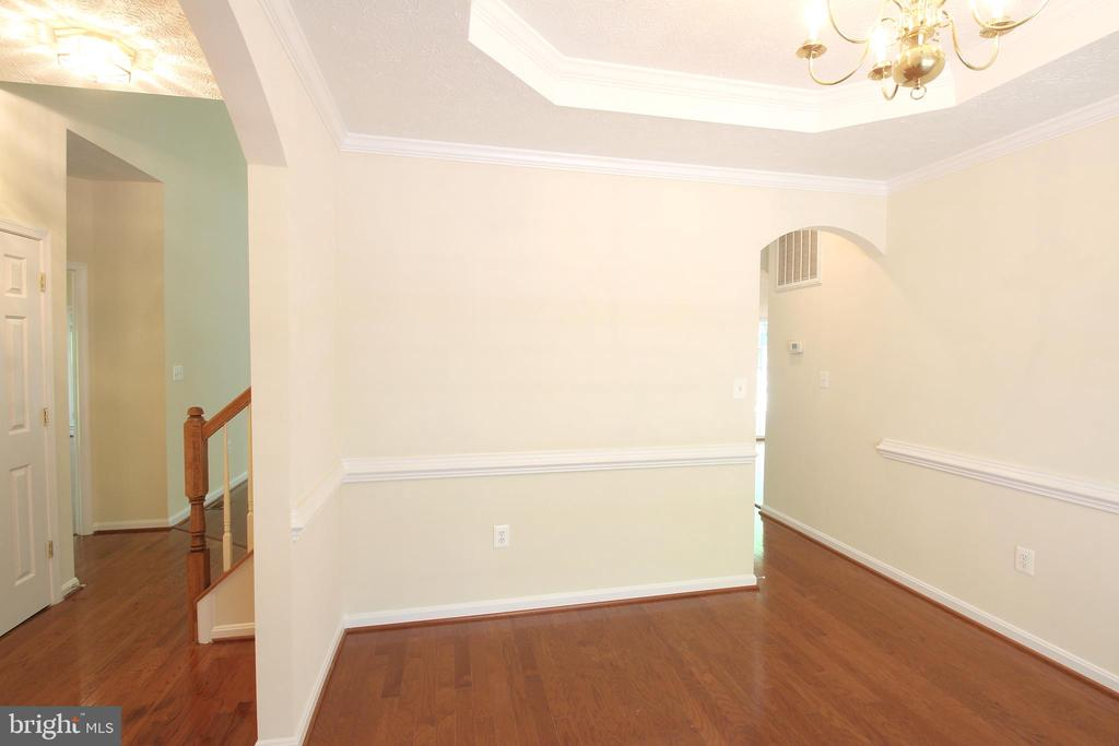 Dining Rm - Chair & Crown Molding & Tray Ceiling - 612 LAKEVIEW PKWY, LOCUST GROVE