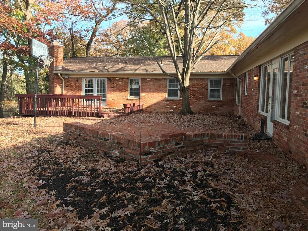 Back deck and patio for large gatherings - 6218 GLENVIEW CT, ALEXANDRIA