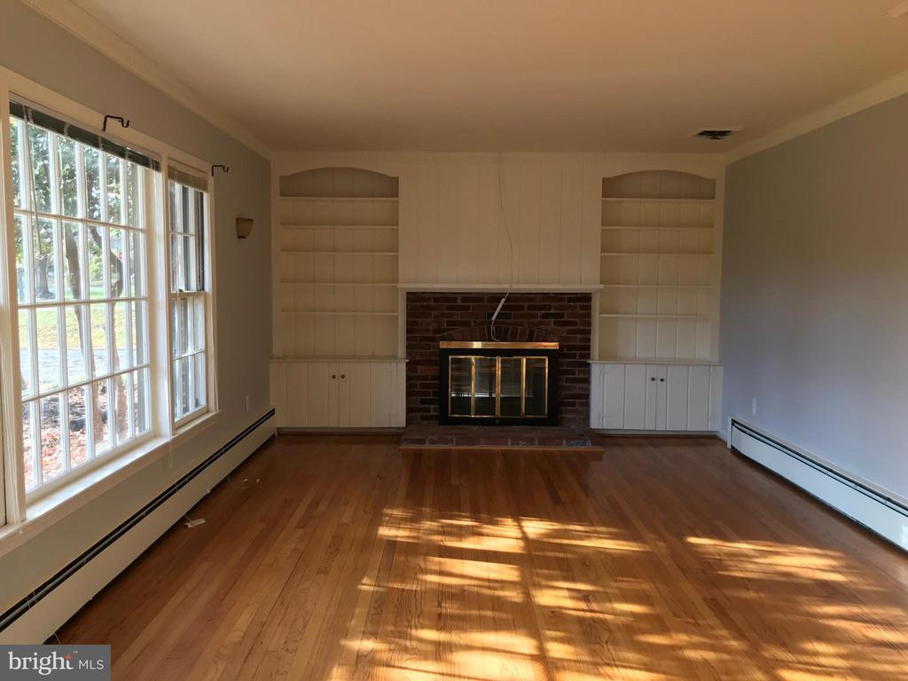 Large living room with built-ins for storage - 6218 GLENVIEW CT, ALEXANDRIA