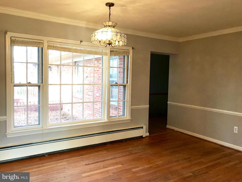 Dining room with beautiful molding - 6218 GLENVIEW CT, ALEXANDRIA