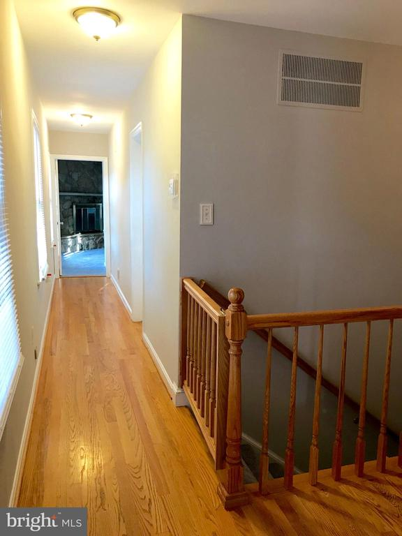 Main level hallway to master suite - 6218 GLENVIEW CT, ALEXANDRIA