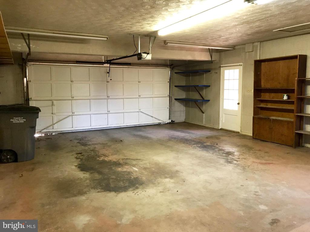 Large 2-car garage for extra storage - 6218 GLENVIEW CT, ALEXANDRIA