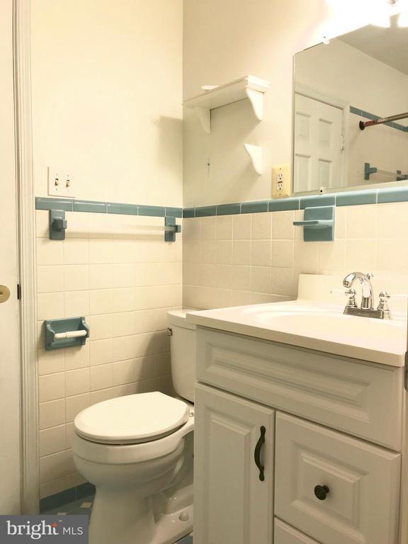 Full bathroom off bedroom 4 - 6218 GLENVIEW CT, ALEXANDRIA