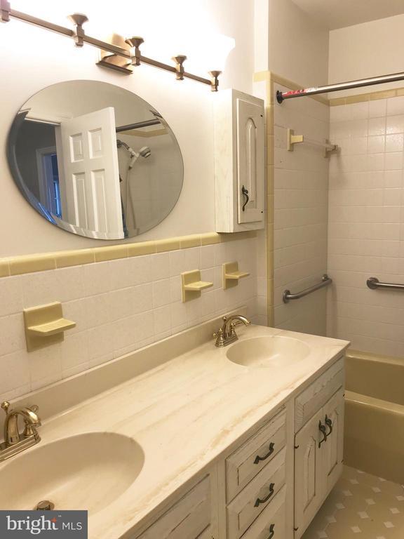 Double vanity in master ensuite - 6218 GLENVIEW CT, ALEXANDRIA