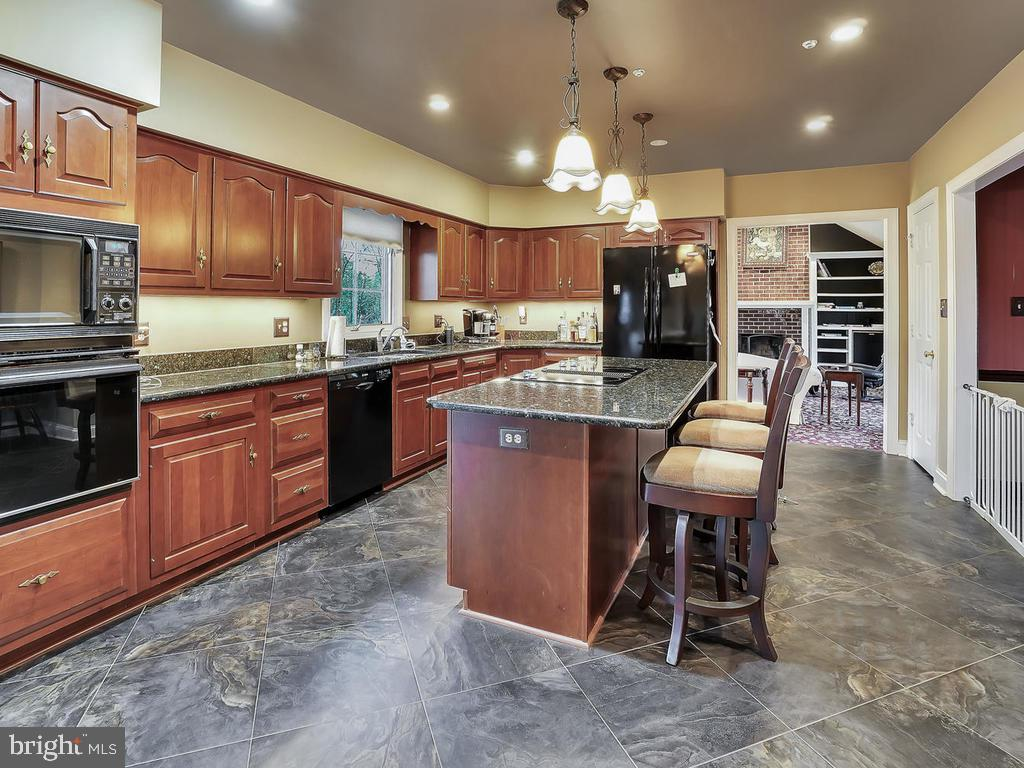Kitchen offers ceramic tile & granite counters - 11667 FAIRMONT PL, IJAMSVILLE