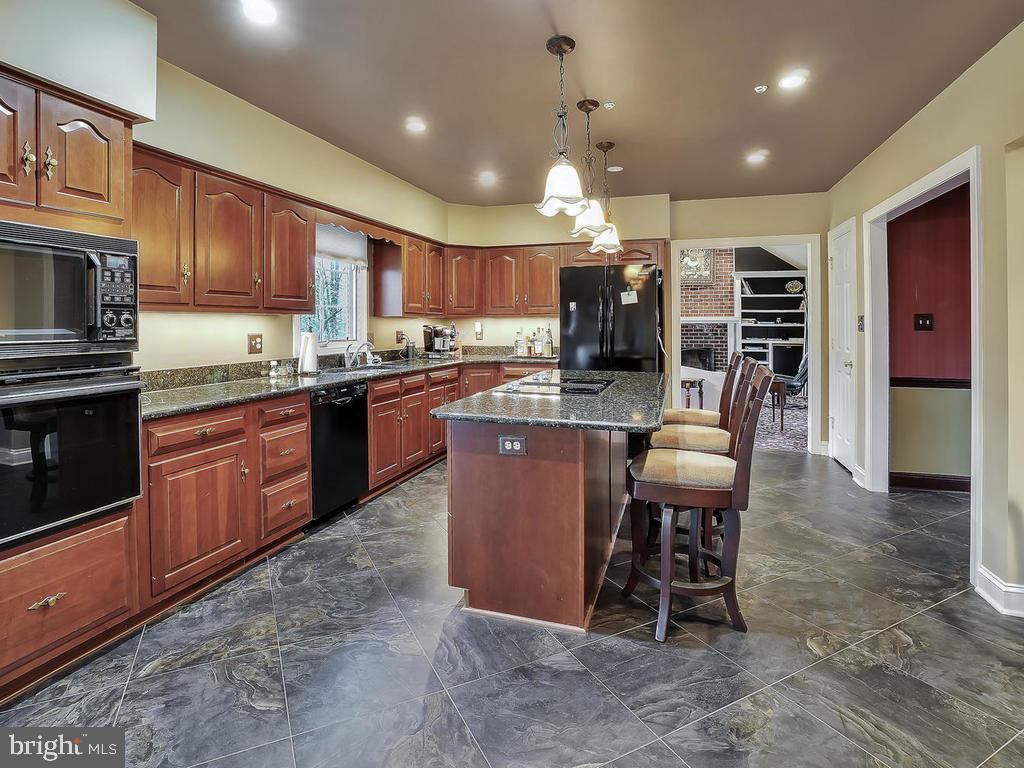 Center Island with cooktop - 11667 FAIRMONT PL, IJAMSVILLE