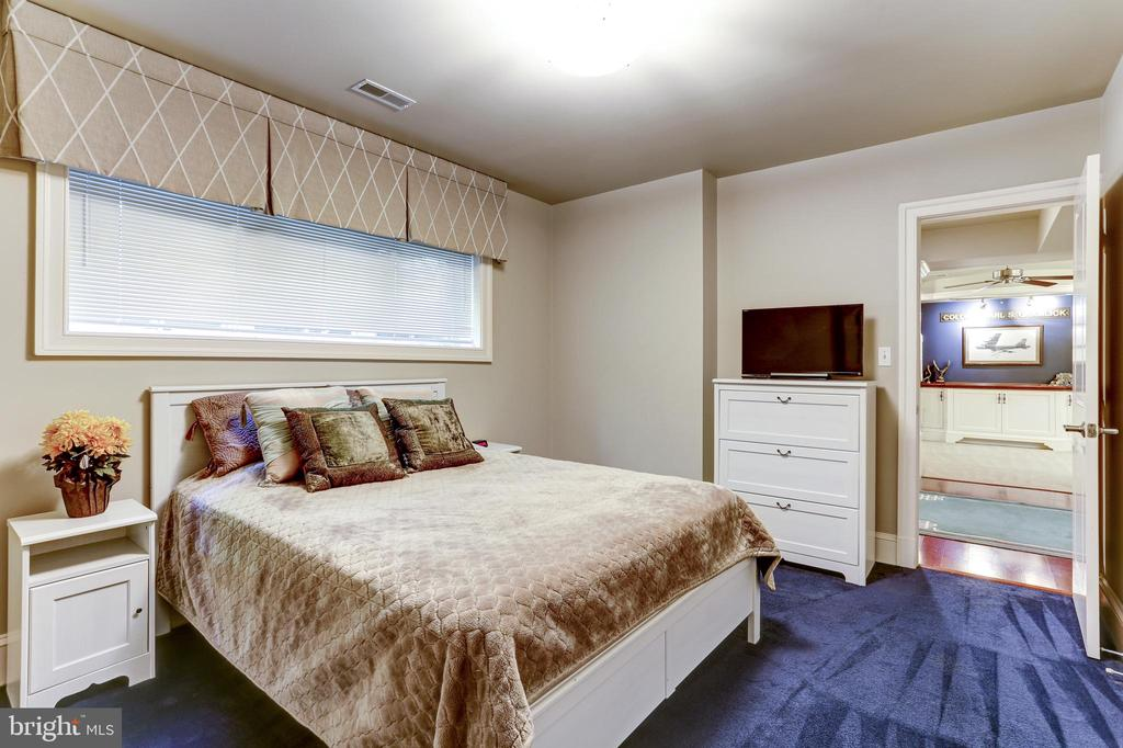 Lower level bedroom with ensuite bath - 4200 MILITARY RD NW, WASHINGTON