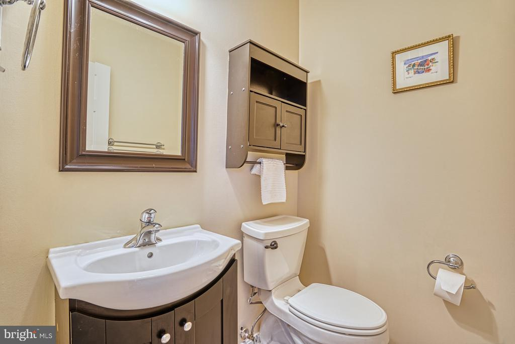 Middle level powder room - 8919 BENCHMARK LN, BRISTOW