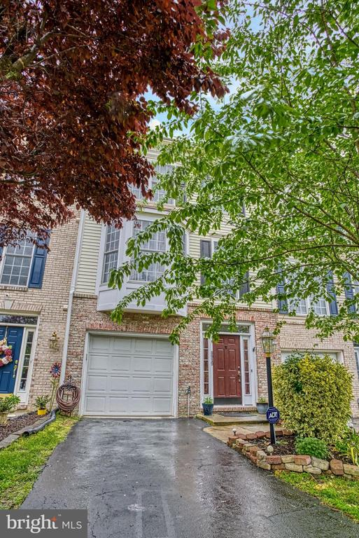Welcoming~curb appeal - 8919 BENCHMARK LN, BRISTOW