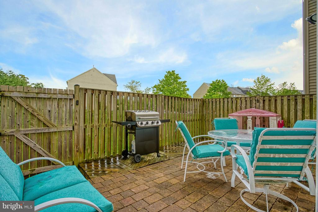 Great patio for entertaining - 8919 BENCHMARK LN, BRISTOW