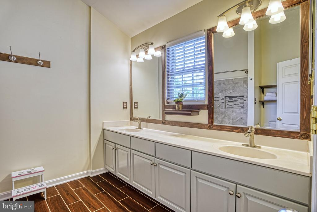 Master bath with dual vanities~and updated tile - 8919 BENCHMARK LN, BRISTOW