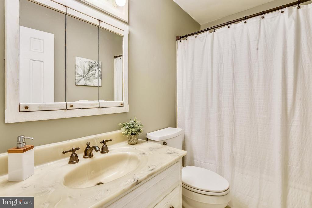 Upper Level Bathroom - 1058 ULMSTEAD CIR, ARNOLD