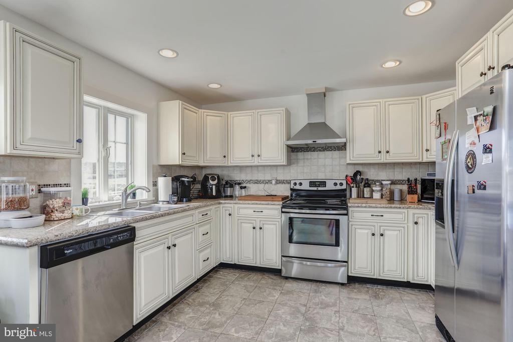 Cottage Well Appointed Kitchen - 12717 HARPERS FERRY RD, PURCELLVILLE