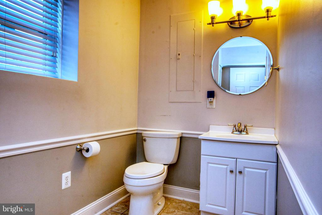 1/2 bath off of office - 12427 POTOMAC VIEW DR, NEWBURG