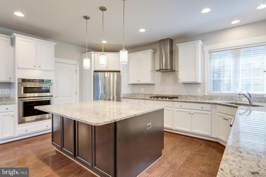 Stainless Steel High-End Appliances included - 2050 ARCH DR, FALLS CHURCH