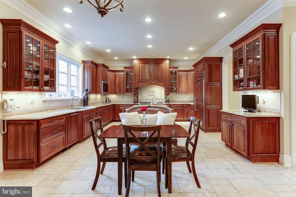 Gourmet Eat-In Kitchen - 8913 GALLANT GREEN DR, MCLEAN