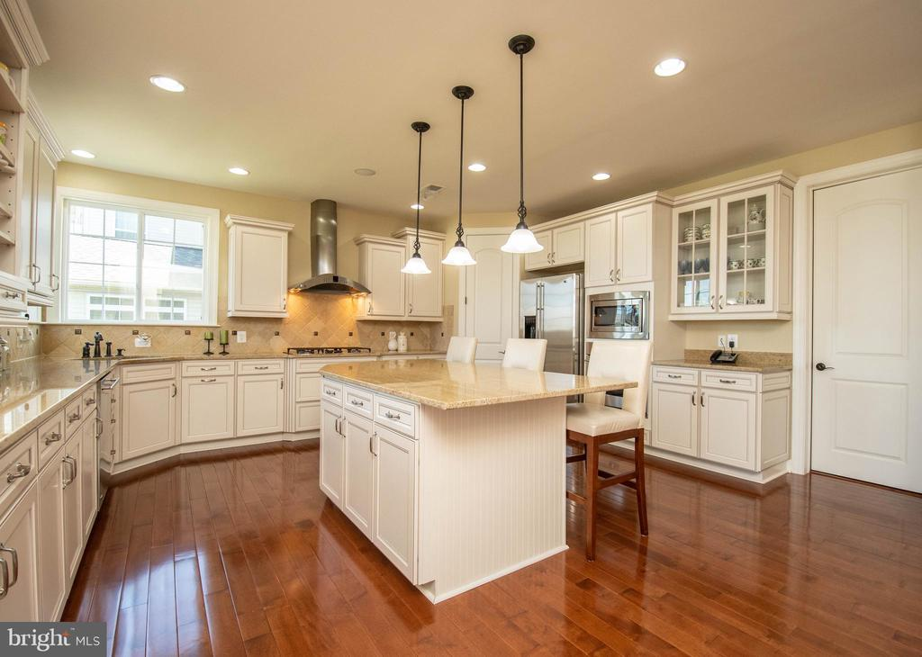 Kitchen with island and pantry - 42422 CHAMOIS CT, STERLING