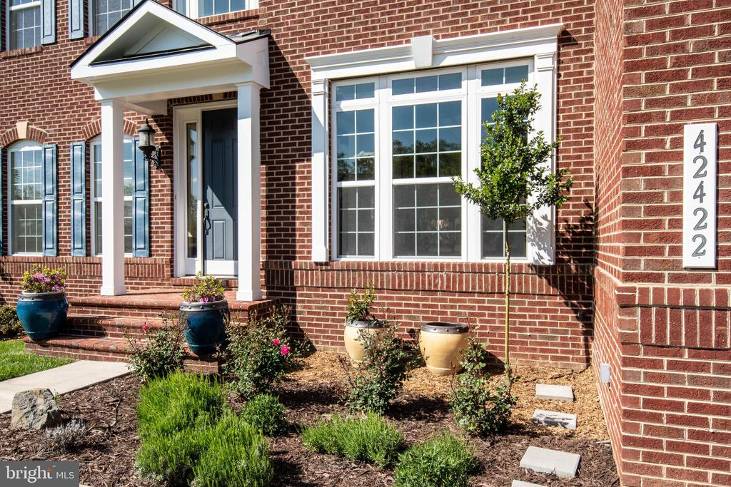 Front landscaping - 42422 CHAMOIS CT, STERLING