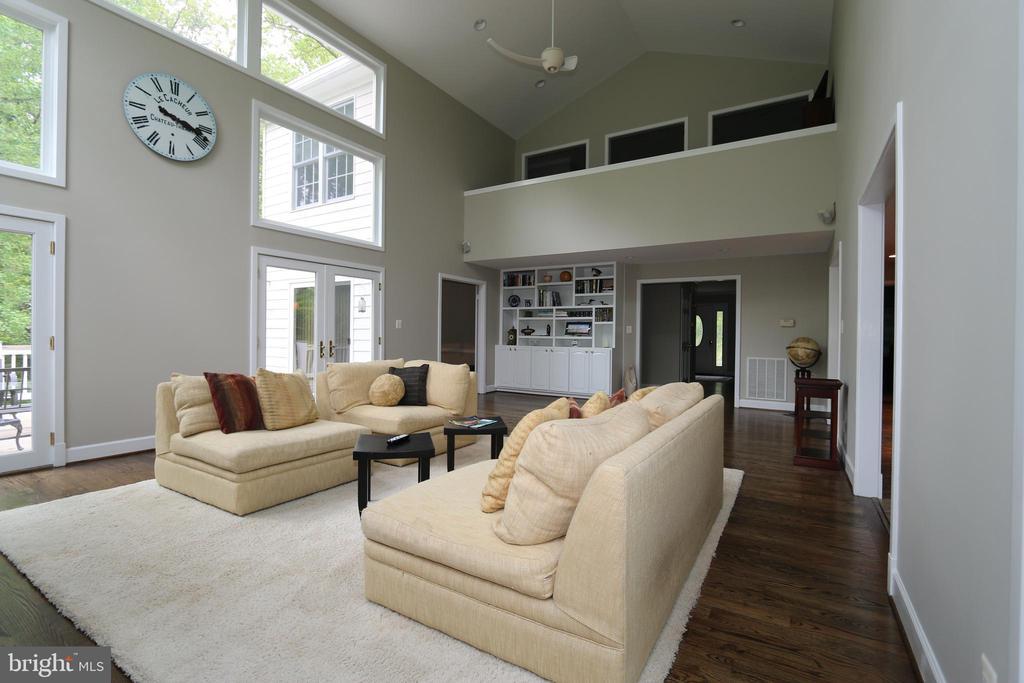 Family room looking at upstairs balcony - 10651 OAKTON RIDGE CT, OAKTON