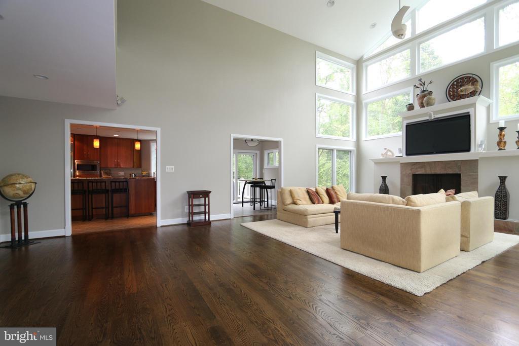 Family room, looking into kitchen - 10651 OAKTON RIDGE CT, OAKTON