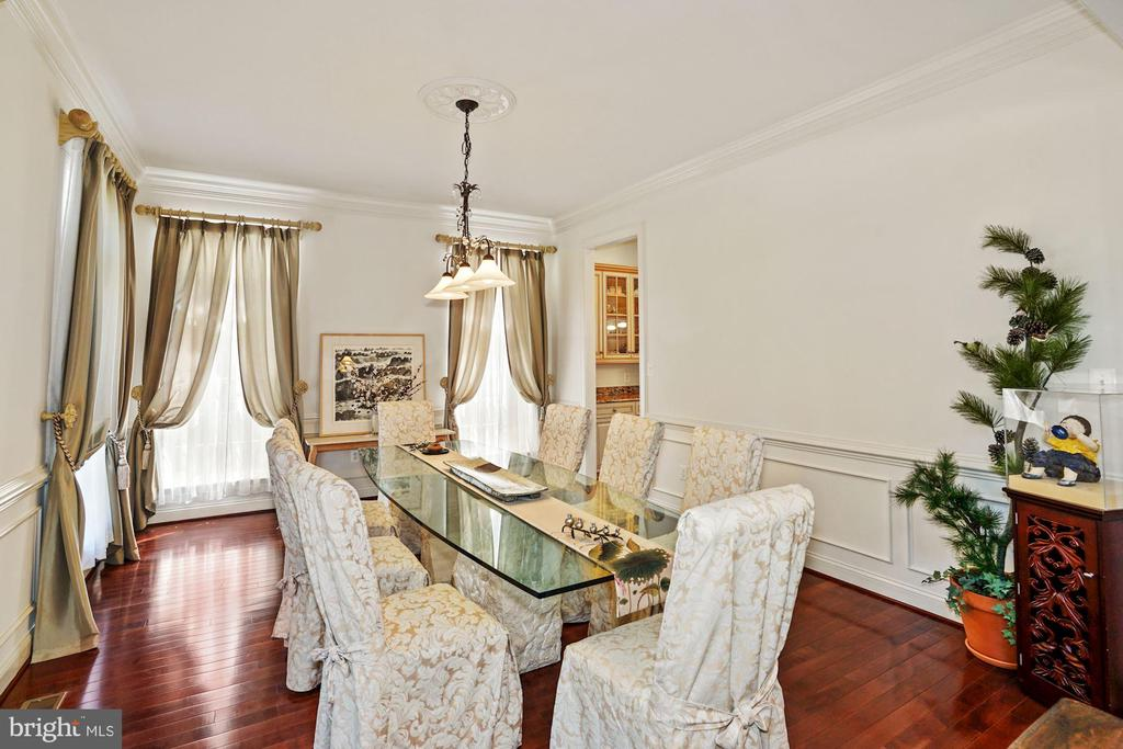 Crown molding and chair rail with wainscoting - 2976 TROUSSEAU LN, OAKTON
