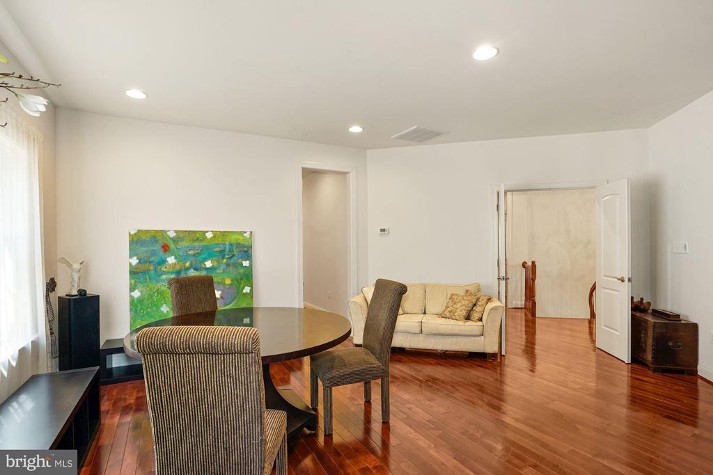 Hardwood w/ Comfortable sitting area - 2976 TROUSSEAU LN, OAKTON