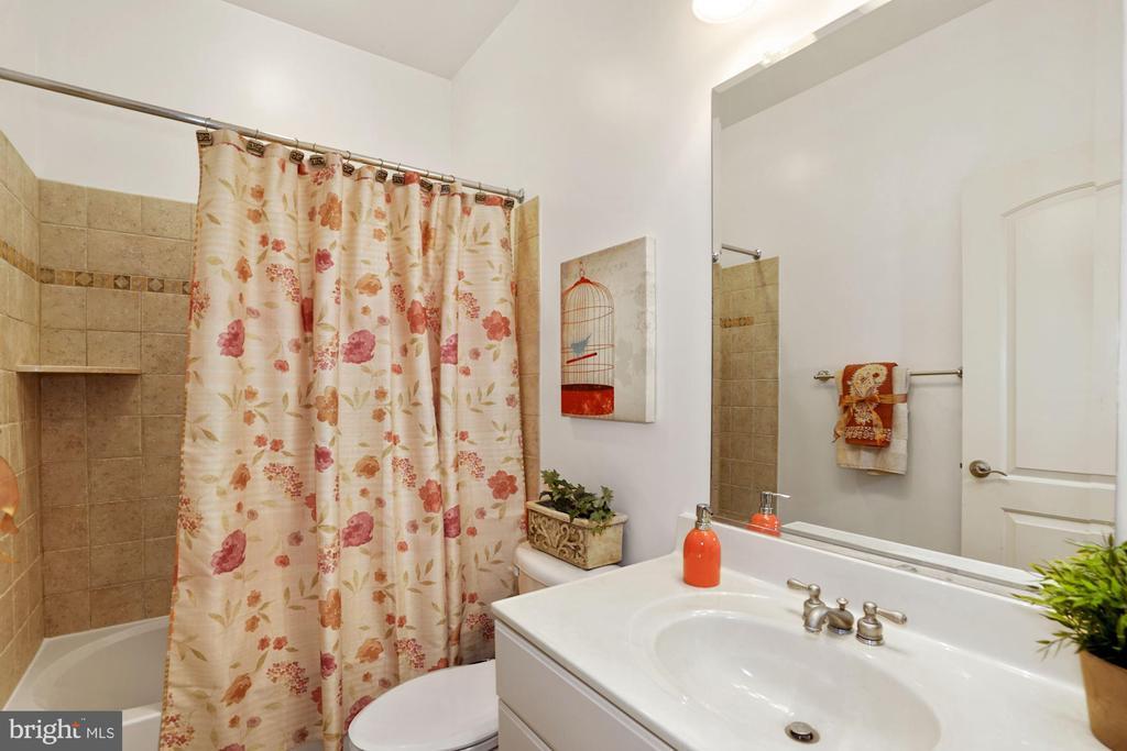 Full Bathroom in LL with upgraded Tile - 2976 TROUSSEAU LN, OAKTON