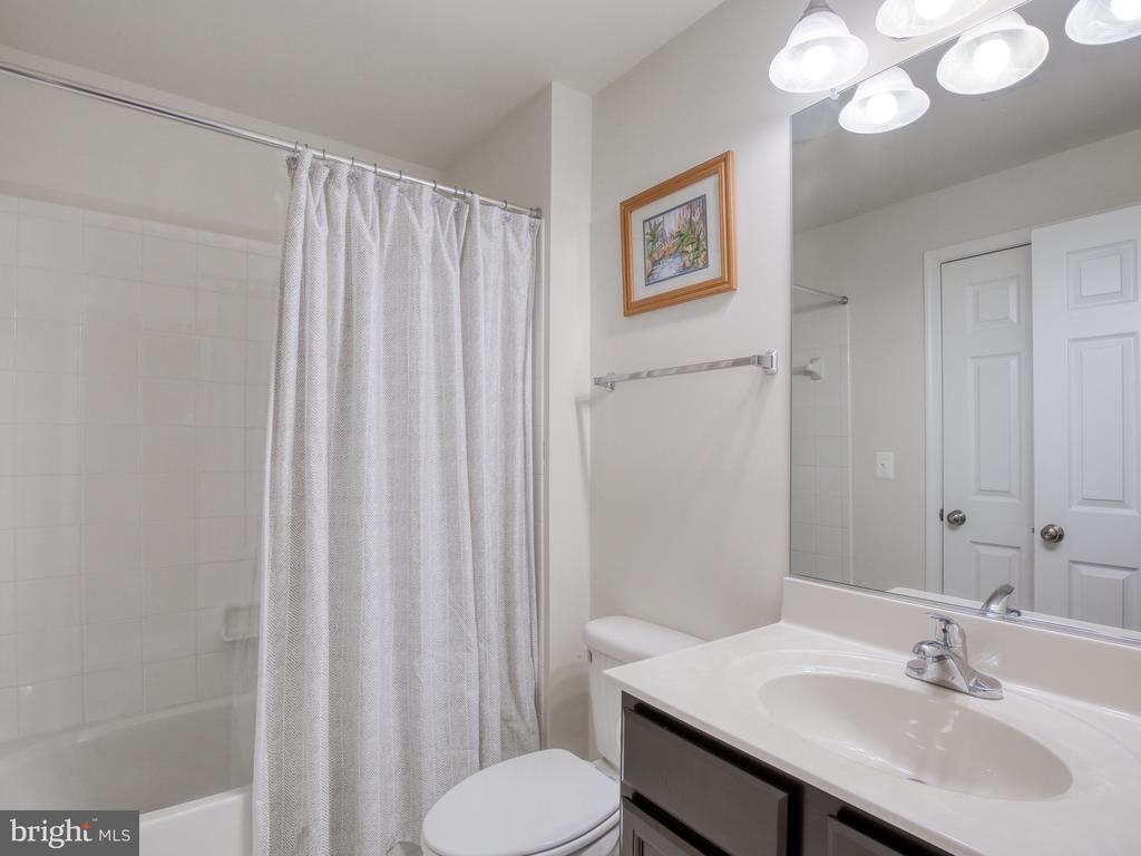 Lower Level Full Bathroom - 304 UPPER HEYFORD PL, PURCELLVILLE
