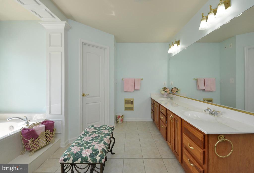 UPPER LEVEL MASTER BEDROOM SUITE FULL BATHROOM - 32315 DEEP MEADOW LN, LOCUST GROVE