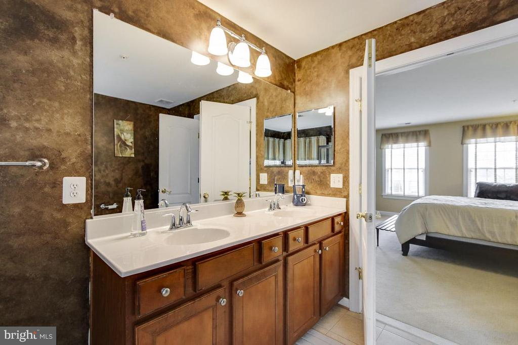 Master Bath Bliss - 122 BEDROCK DR, WALKERSVILLE