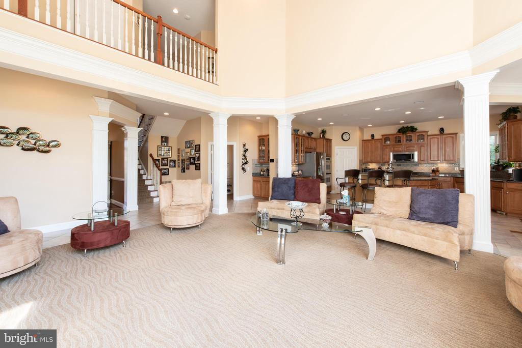 Family room leads to kitchen - 27531 PADDOCK TRAIL PL, CHANTILLY