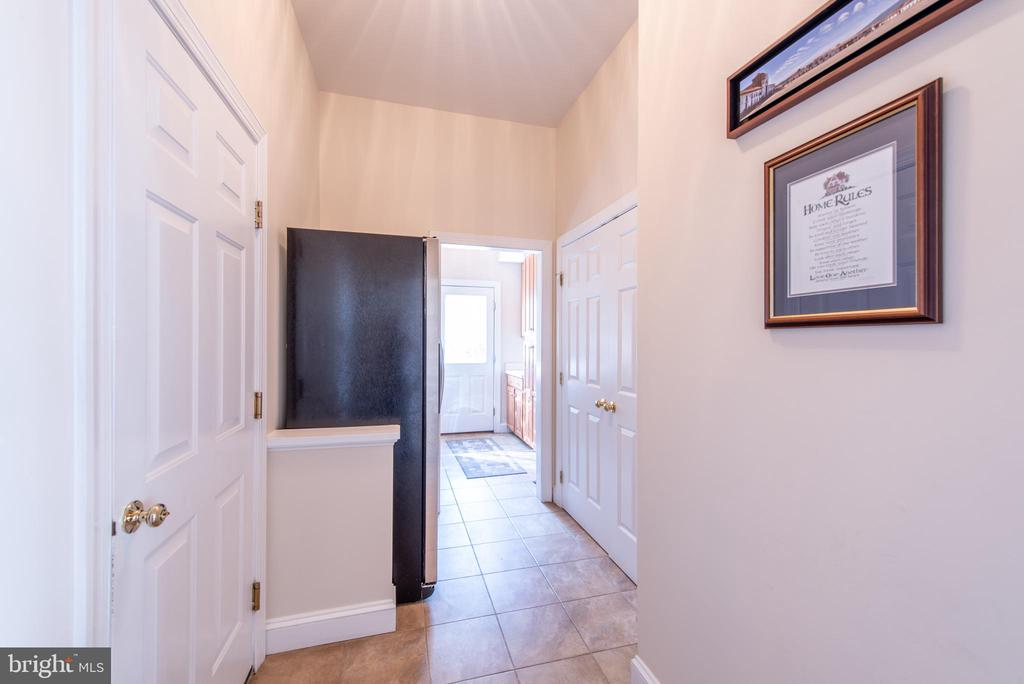 Hallway leading from Kitchen to garage and laundry - 27531 PADDOCK TRAIL PL, CHANTILLY