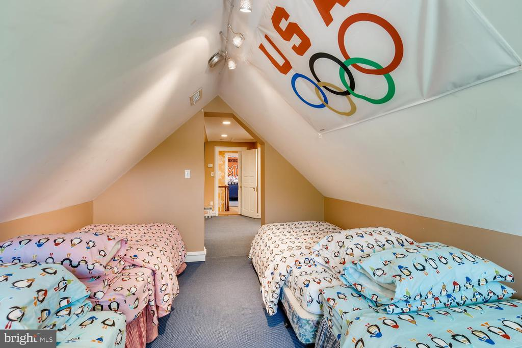 Bonus Room for slumber parties - 1209 BERWICK RD, TOWSON