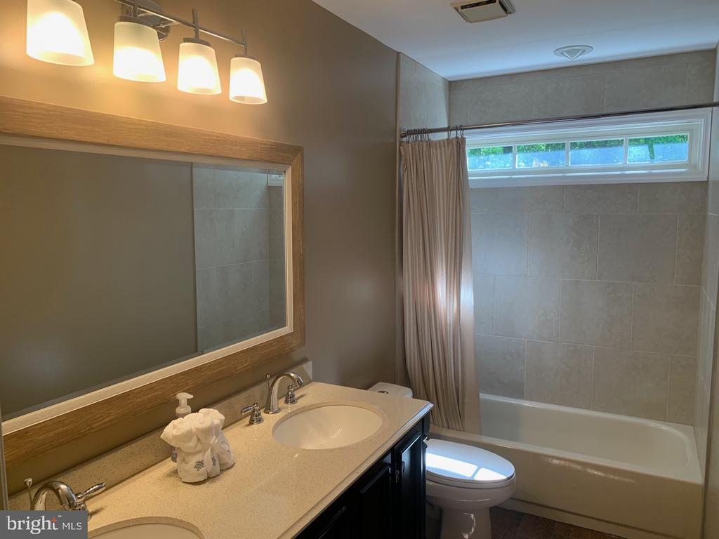 Updated Hall Bath - 8307 KINGS RIDGE CT, SPRINGFIELD
