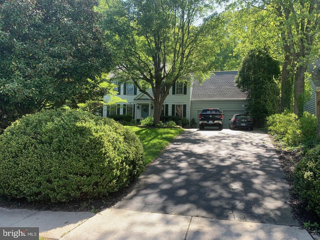 Three Finished Level Colonial - 8307 KINGS RIDGE CT, SPRINGFIELD